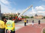 Varios bomberos trabajan en el lugar donde se ha producido una rotura en una canalización de agua en Madrid, que ha dejado varios distritos sin suministro.