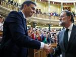 Mariano Rajoy felicita al recién investido presidente, el socialista Pedro Sánchez.