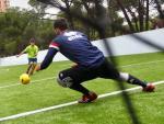 Un jugador de la selección española de fútbol para ciegos chuta a portería, durante en entrenamiento.