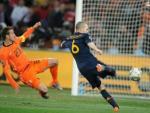 El momento en el que Iniesta marca el decisivo gol ante Holanda que le dio la Copa del Mundo de fútbol a España.