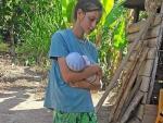 Imagen sin fechar de la joven ilicitana Patricia Aguilar con un bebé en brazos en la zona habitada de Alto Celendín, de la ciudad de Chanchamayo (Junín), en la selva central peruana.