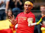 Rafa Nadal frappe un coup droit lors de son match de Coupe Davis contre Philipp Kohlschreiber.