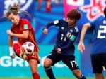 Claudia Pinar lucha por el balón con la japonesa Nanami Kitamura (en el centro) durante la final de la Copa Mundial de la FIFA 2018 de fútbol femenino sub20 en Vannes (Francia).