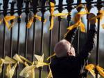 Lazos amarillos en la verja del Parlament.