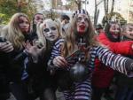 Un grupo de adolescentes disfrazados por Halloween.