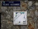 Detalle de una de las placas de recuerdo al escritor Vicente Aleixandre en la antigua calle Velintonia.