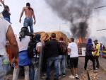 Imagen de de uno de los camiones con ayuda humanitaria que han sido quemados en Ureña, Venezuela.