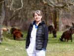 María Jesús Carrasco, mujer rural y quesera, rodeada de cabras en El Boalo.