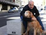 Emilio Ortiz junto a su perro guía Spock.