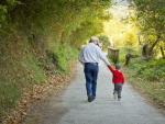 Un abuelo y su nieto pasean