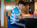 Adrián Mínguez, en la habitación de su casa mientras se prepara la Selectividad.
