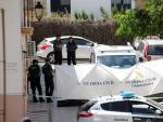 La Guardia Civil con una lona desplegada en la puerta de la vivienda de Rute (Córdoba) donde vivía la familia.