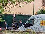 Guardia Civil junto al domicilio de Villagonzalo Pedernales donde un hombre ha matado de un disparo a su mujer.