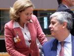 La ministra Nadia Calviño conversa con el presidente del Eurogrupo y ministro de Finanzas luso, Mario Centeno.