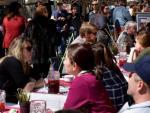 Terrazas de La Rambla, en Ciutat Vella, llenas de clientes en un día soleado en Barcelona.