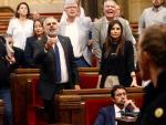 El diputado de Ciudadanos Carlos Carrizosa (i) durante la tensa bronca entre diputados independentistas y la bancada de Ciudadanos en el debate de política general en el Parlament.