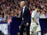Zidane y Hazard tras el cambio del belga en el Atlético - Real Madrid.