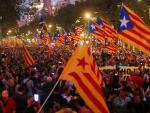 Varios manifestantes portan banderas 'esteladas', este martes, durante la concentración convocada en Barcelona por la Asamblea Nacional Catalana.