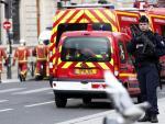 Gendarmes controlan el perímetro de seguridad tras el ataque a la Prefectura de Policía de París.