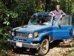 Pablo Yglesias junto a su coche, en la selva amazónica (Perú).