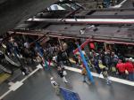 Pasajeros subiendo al Metro de Madrid durante la jornada de huelga el 17 de octubre.