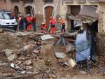 Efectivos de emergencias retiran un coche arrastrado por la riada durante el temporal en Montblanc.