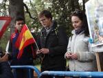 Un grupo de nostálgicos reza por los restos de Francisco Franco mientras esperan la exhumación.