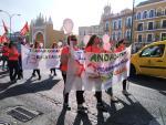 Un grupo de personas se manifiesta por el despido de 73 trabajadores de cinco escuelas infantiles de Andalucía.