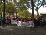 Un grupo de trabajadores de Tussam se manifiestan a las puertas del Ayuntamiento.