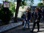 Marta Rivera junto a la alcaldesa de Olmeda de las Fuentes, Victoria Roldán, paseando por la localidad.