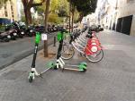 Tres patinetes eléctricos estacionados en la plaza de San Pedro de Sevilla.