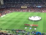 La pancarta, durante el himno de la Champions.