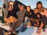 Greta Thunberg, a bordo de La Vagabonde, junto a sus dueños.