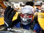 Carlos Sainz se ajusta los guantes en su McLaren.