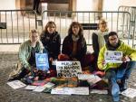Grupo de activistas en Barcelona haciendo huelga de hambre.