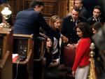 La portavoz del PSOE en el Congreso, Adriana Lastra (2i), ha tropezado en las escaleras del hemiciclo cuando se dirigía a votar y se ha caído al suelo.