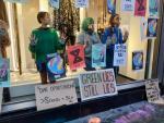 Activistas de Extinction Rebellion dentro de la tienda de Zara.