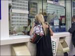 Imagen de mujeres comprando la Lotería de Navidad.