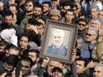 Miles de iraníes salen a la calle para llorar la muerte del teniente general del Cuerpo de Guardias Revolucionarios de Irán (IRGC) y del comandante de la Fuerza Quds Qasem Soleimani durante una manifestación antiestadounidense para condenar el asesinato.