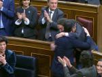 Pedro Sánchez y Pablo Iglesias se funden en un abrazo en el hemiciclo