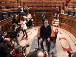 El presidente del Gobierno, Pedro Sánchez, posa sonriente en el hemiciclo del Congreso de los Diputados, tras obtener una votación favorable a su investidura