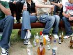 Jóvenes consumiendo alcohol en un botellón.