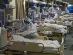 Personal médico atiende a enfermos de coranavirus en un hospital en Wuhan (China).
