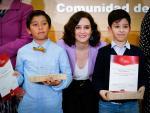 Isabel Díaz Ayuso, junto a Mohammed Elkinani Rhaz y Rodrigo Odiaga Llanos, premiados por llamar al 112 y salvar a sus seres queridos.