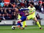 Griezmann y Etxeita luchan por un balón en el Barça - Getafe.