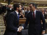 Sánchez y Casado se dan la mano en el Congreso de los Diputados.