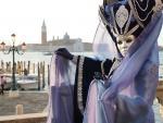 Una persona con un antifaz posa en la plaza de San Marco con motivo del Carnaval de Venecia.