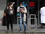 Dos mujeres protegidas con mascarilla a las afueras del Hospital de la Paz donde se ha habilitado un espacio para atender 'en mejores condiciones' a pacientes sospechosos de coronavirus, en Madrid (España), a 12 de marzo de 2020.