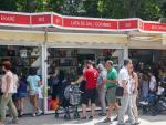 Visitantes pasean por las casetas de la Feria del Libro de Madrid de 2019