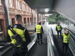 """Efectivos de la Unidad Militar de Emergencia (UME) realizan """"reconocimientos previos"""" en la estación de Atocha, en Madrid, como parte de los esfuerzos de Defensa por frenar el coronavirus."""